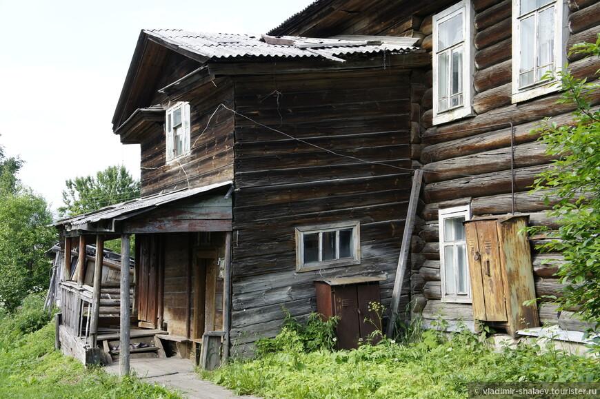 Можно встретить и такие старые дома.