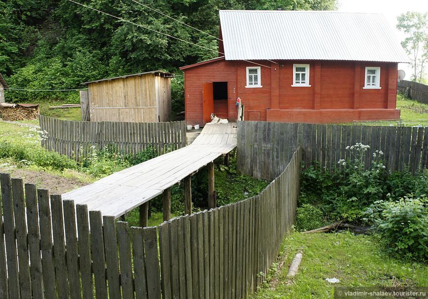 А хозяин этого дома на краю оврага выстроил целую эстакаду, чтобы можно было войти в дом.