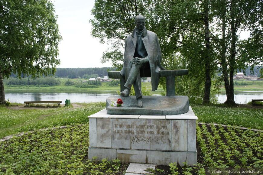 Есть в Тотьме памятник русскому поэту Николаю Рубцову, жизнь и творчество которого связано с Вологодчиной.
