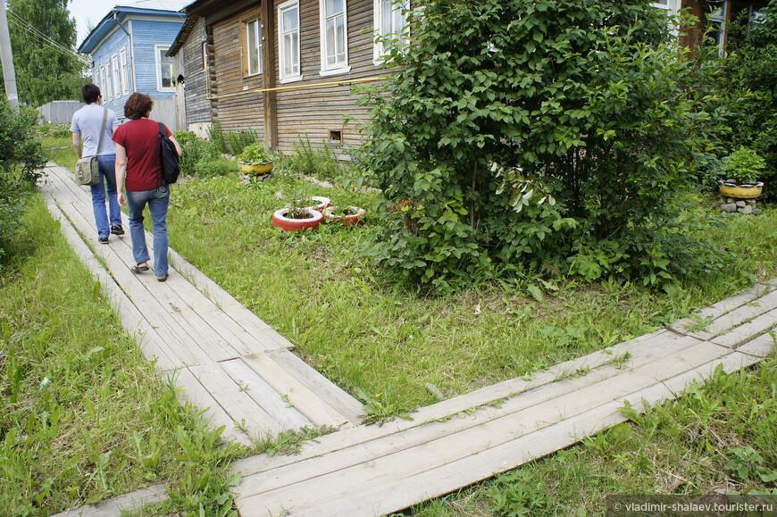 """В качестве тротуаров тотьмяне используют так называемые """"мостки""""."""