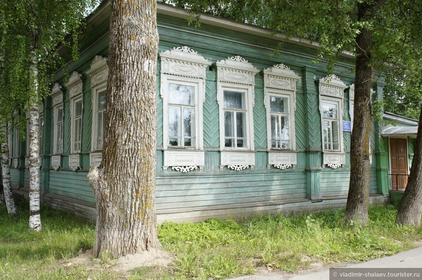 Ещё один дом с красивыми наличниками.