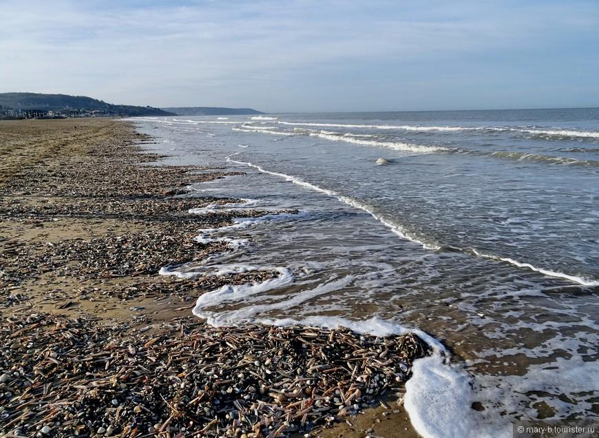 Волны выносят на берег кучи обломков ракушек, кораллов, мелких камушков