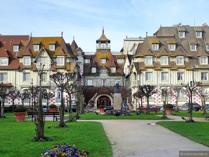 Красивый отель Normandy Barrière Deauville. Если верить гугл мапс, стоимость проживания - от 17500 руб за ночь