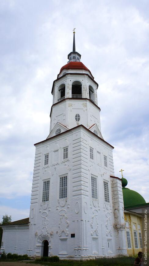 """Храм Успения Пресвятой Богородицы (XIX век), построенный в стиле """"тотемского барокко"""" с картушами на фасаде."""