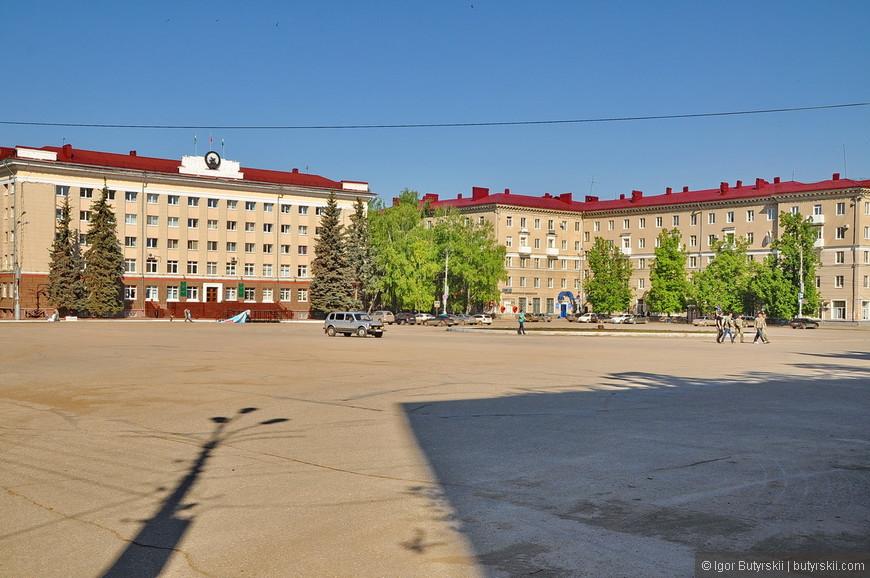 28. Центральная площадь города. Тут никаких удивлений – город советский.