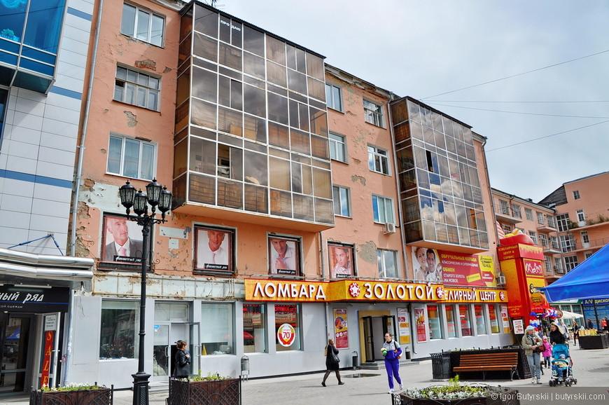 03. А второе впечатление – ужасное состояние многих зданий. Действительно такого я пока не видел ни на одной пешеходной улице в России.