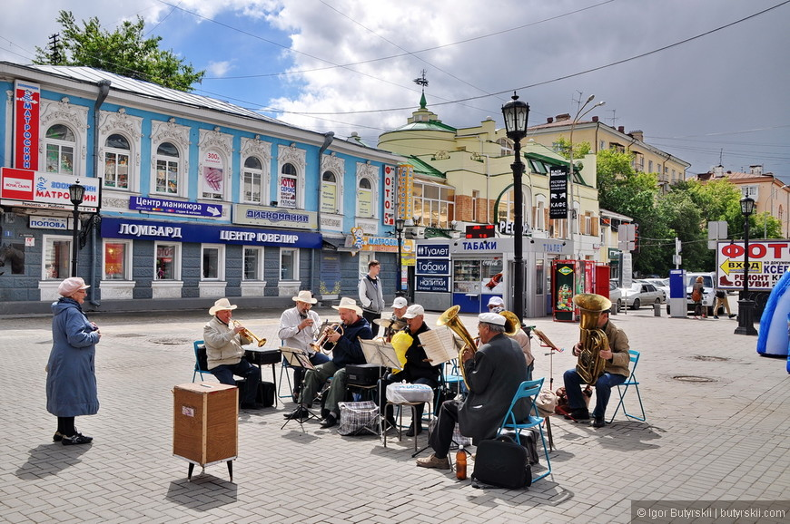 04. Пенсионеры играют на инструментах, постоял, послушал – здорово играют кстати. И в удовольствие, это видно.