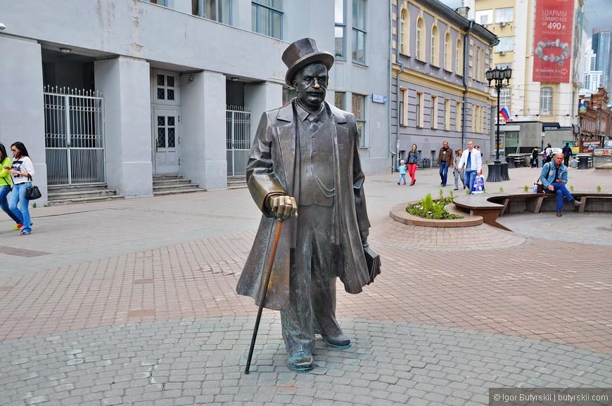 18. А вот и сам банкир. Композиция была установлена в 2006 году. Ставший уже классическим стиль скульптурный стиль.