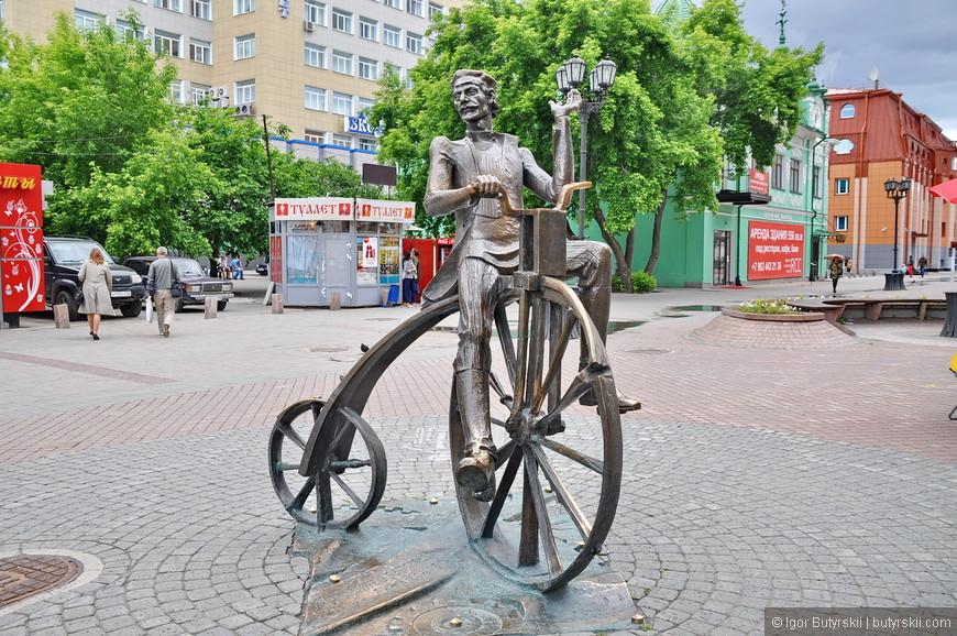 21. Скульптурные композиции на Вайнера более интерактивные, игривые что ли. Вы можете посидеть на велосипеде или залезть в старинный авто.