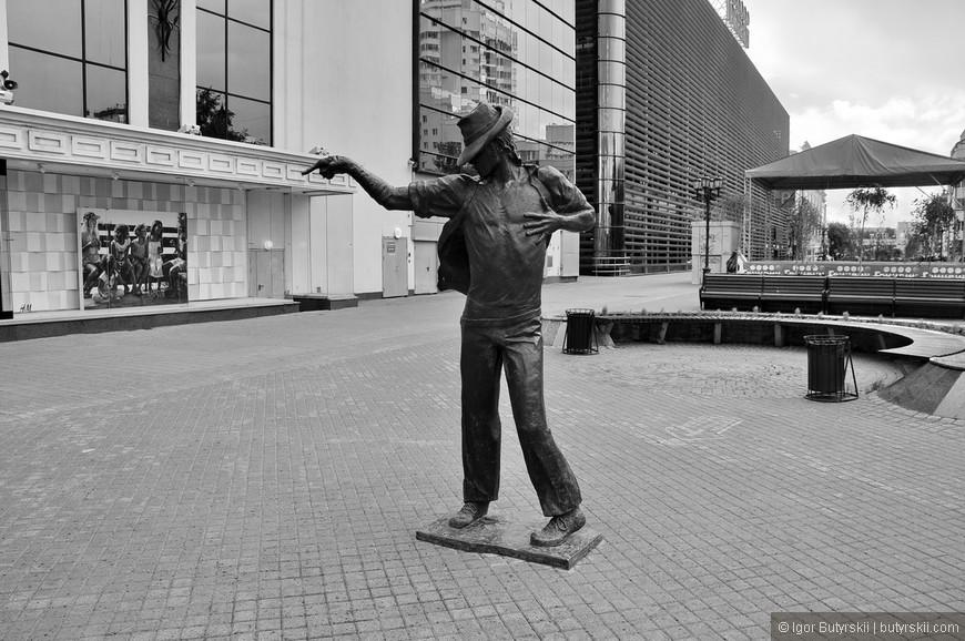 24. Памятник Майклу Джексону хороший, но его соседство в Геной Букиным немного настораживает. Это единственное место в мире где эти имена стоят рядом в списке.