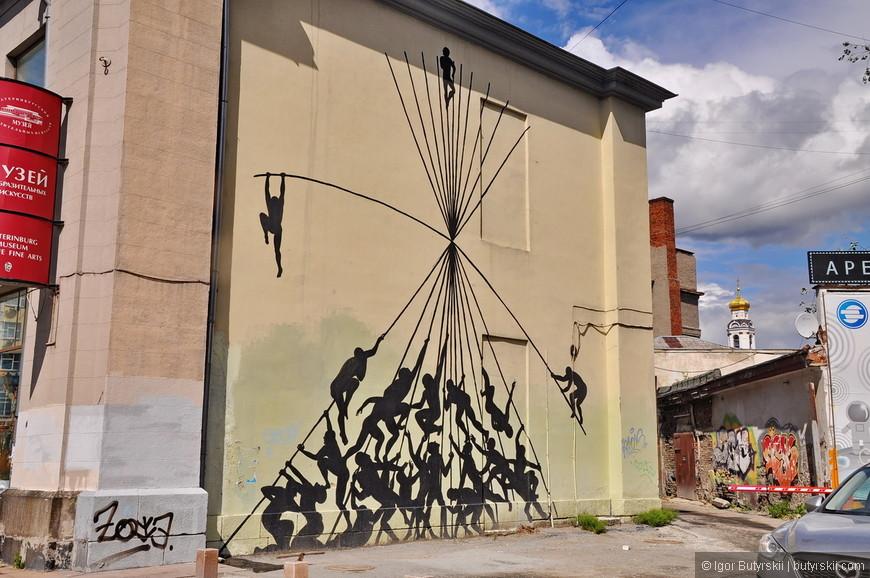 30. Арт-закоулок. Отличное решение для некоторых зданий на Вайнера. Из пустой и скучной стены сделали арт-объект.
