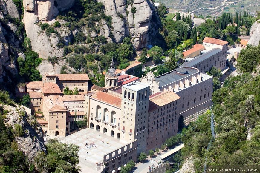 Вид на монастырь с верхней площадки фуникулера  San Joan