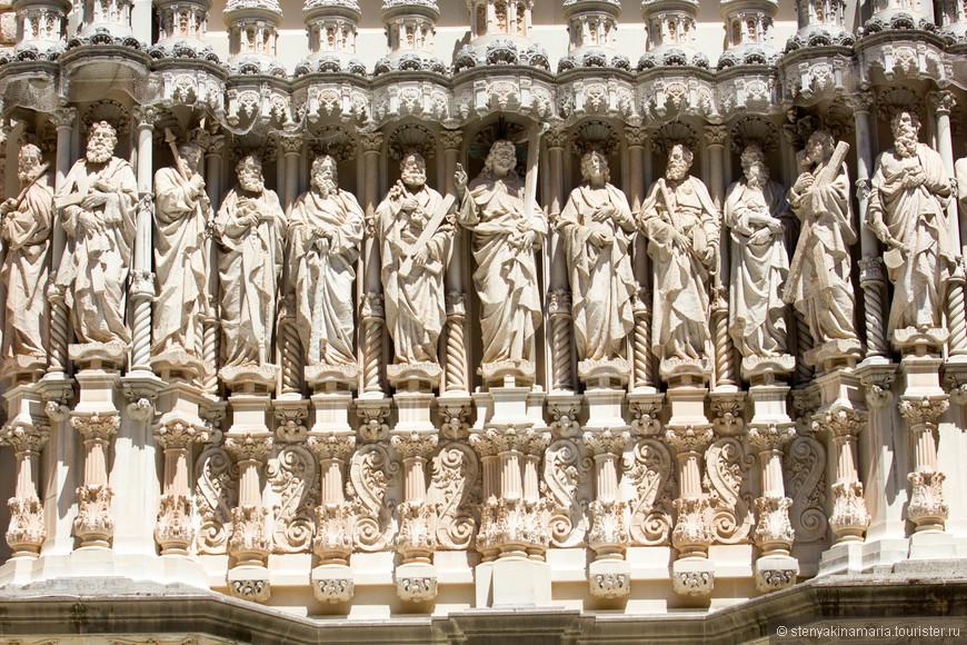 Двенадцать апостолов на фасаде Собора Святого Бенедикта