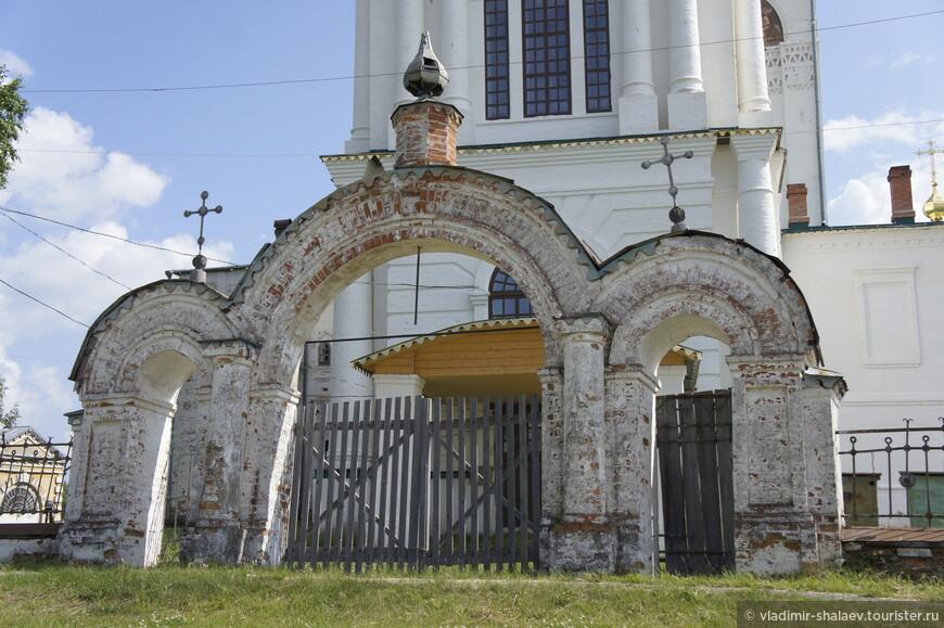 Западные ворота церкви.