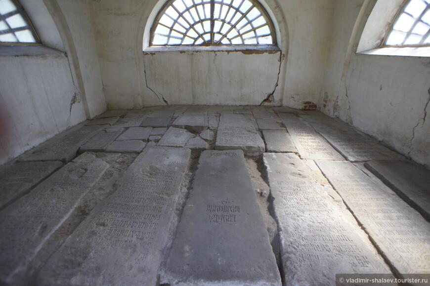В ней собраны 28 надгробных плит с захоронений XVI-XVII веков.