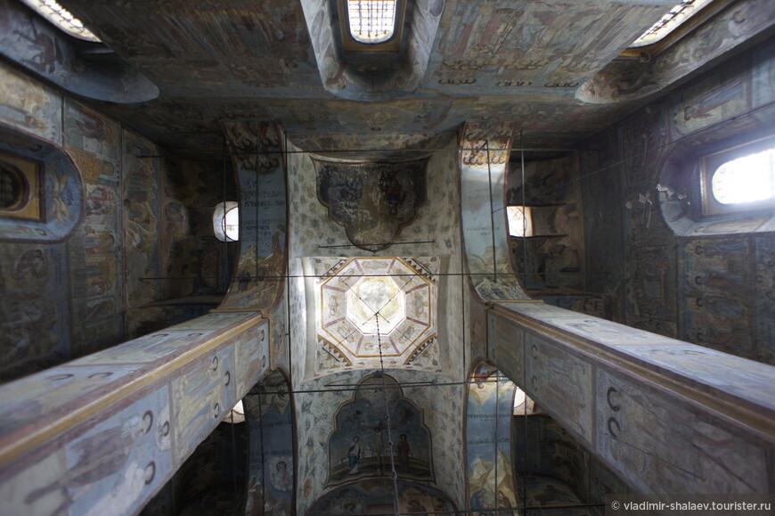 Купол имеет уникальное пространственное построение. Объём храма развернут по поперечной оси Север-Юг.