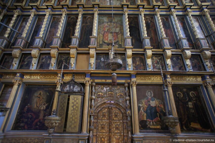 Высокий четырёхъярусный иконостас летнего храма выполнен в 1690-х гг. московским резчиком Григорием Устиновым.