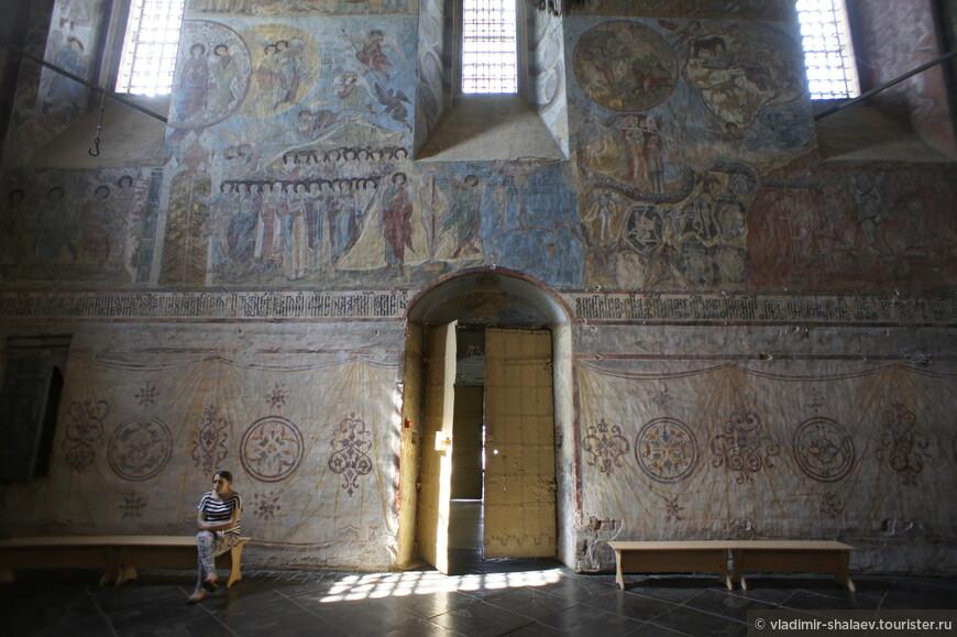 Западная стена собора.