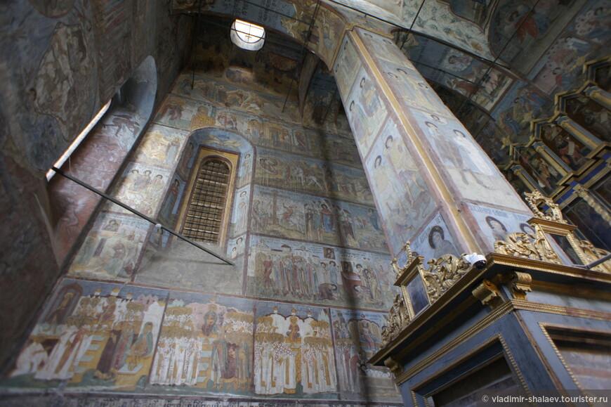 Фресковые росписи на северной стене собора.