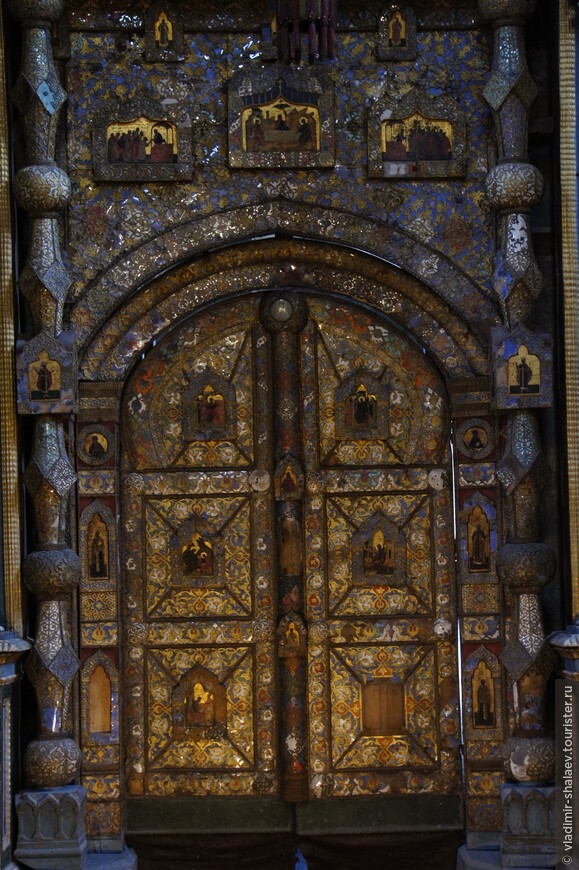 Царские врата, упомянутые в описи соборного имущества 1579 года. Деревянная рама врат украшена орнаментом из олова и слюды и накладными живописными клеймами. Царские врата - вклад Никиты Григорьевича Строганова.