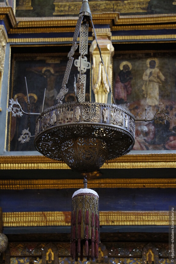 Перед вратами висит уникальный осветительный прибор паникадило - хорос (XVI в.) литой из медного сплава, предположительно, был привезён Строгановыми из Великого Новгорода.