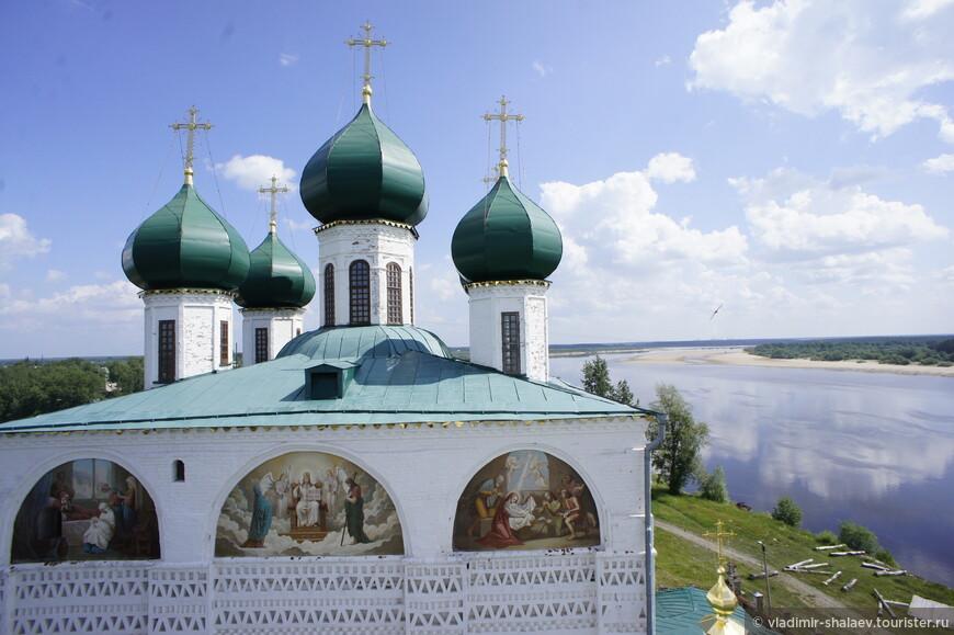 Купола Благовещенского собора.