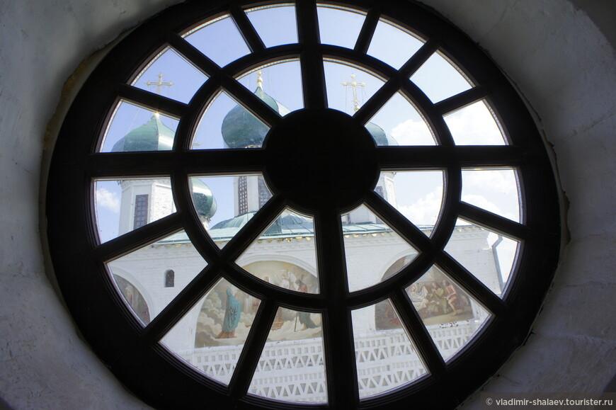 После осмотра внутреннего пространства собора можно подняться на колокольню.