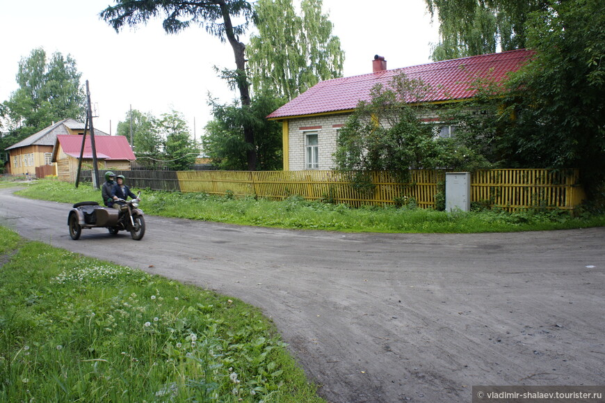...и ездят на старых, но хорошо сохранившихся мотоциклах.