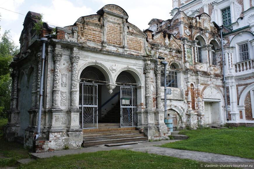 Она была построена в 1689-1693 гг. из красного кирпича в стиле «московского барокко».