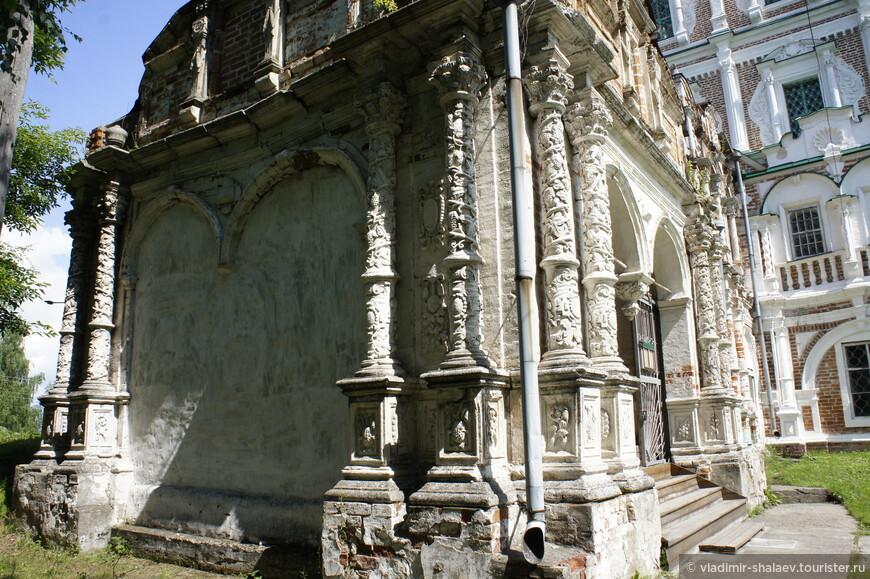 Фасады собора щедро украшены белокаменными декоративными элементами.