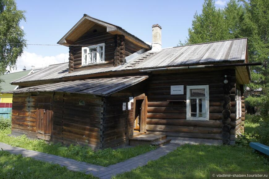 Ну чем ещё знаменит Сольвычегодск? Тем, что в этом городе находился в ссылке тов. Сталин. В этом доме он жил. Сейчас здесь музей.