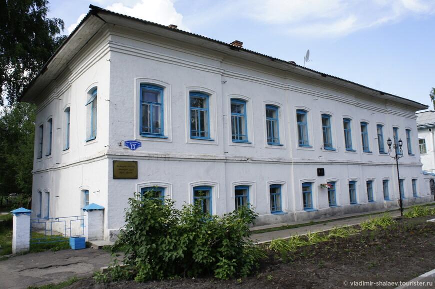 В этом здании находится музей Козьмы Пруткова.