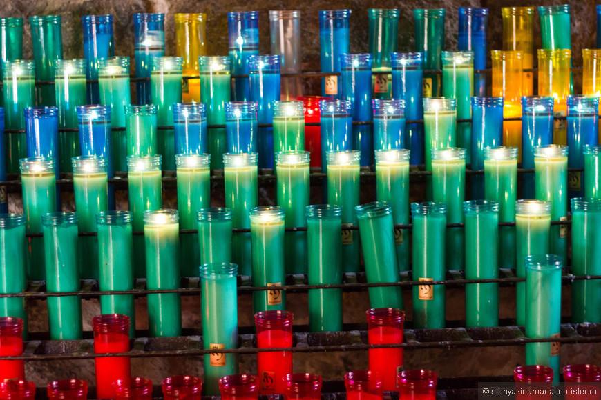 Свечи  разнообразные по цвету, так что смотрится очень необычно.  Одна свеча стоит 2 евро. В принципе, это не цена свечи, а сумма  пожертвования, можете вообще не платить, но удивительно,  что свеча быстро гаснет.