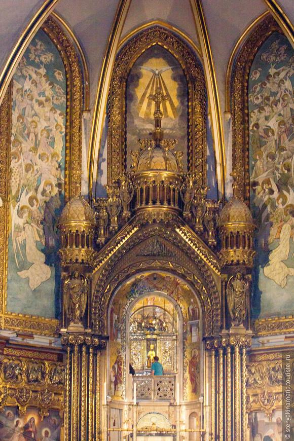 Внутри монастыря. Здесь находится статуя Девы Марии Монтсерратской.