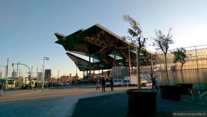 Encants Barcelona - замысловатый хай-тек объект. Привлекает внимание до тех пор, пока не обнаруживаешь там обычный блошиный рынок.