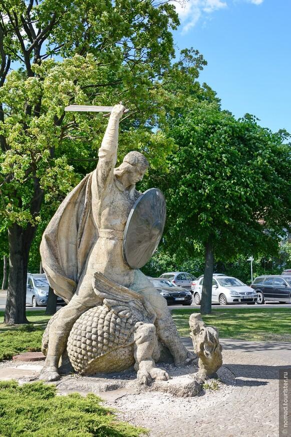 Памятник Лачплесису - латышскому драконоборцу