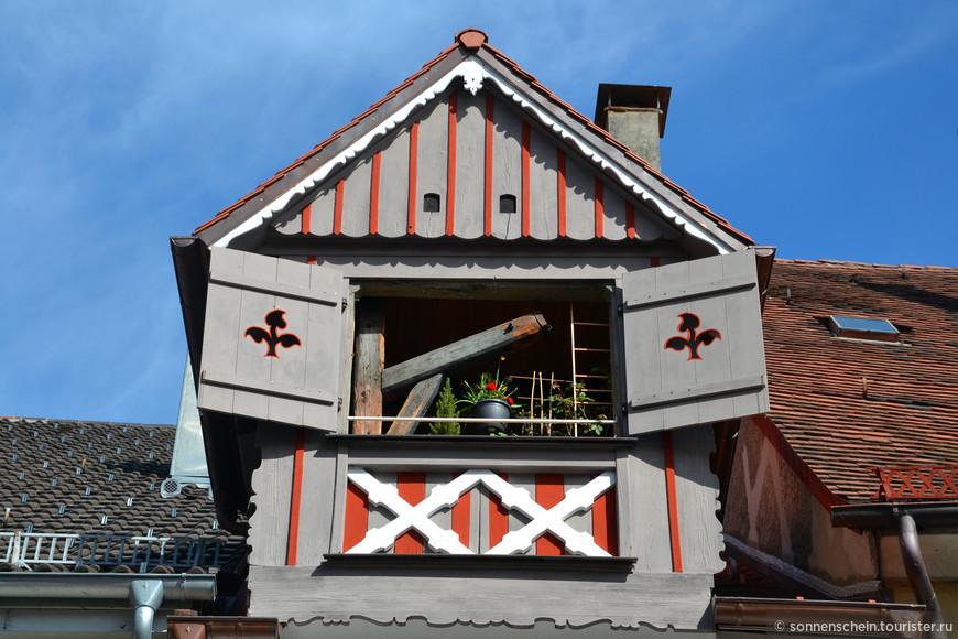 Окна небольших уютных домов, с фронтонами, развернутыми к улице, часто разделены колоннами, а стройность фасадов нарушается эркерами. Аркады и старинные грузоподъемные устройства на чердаках домов напоминают о том, что в прошлом город был важным торговым центром.