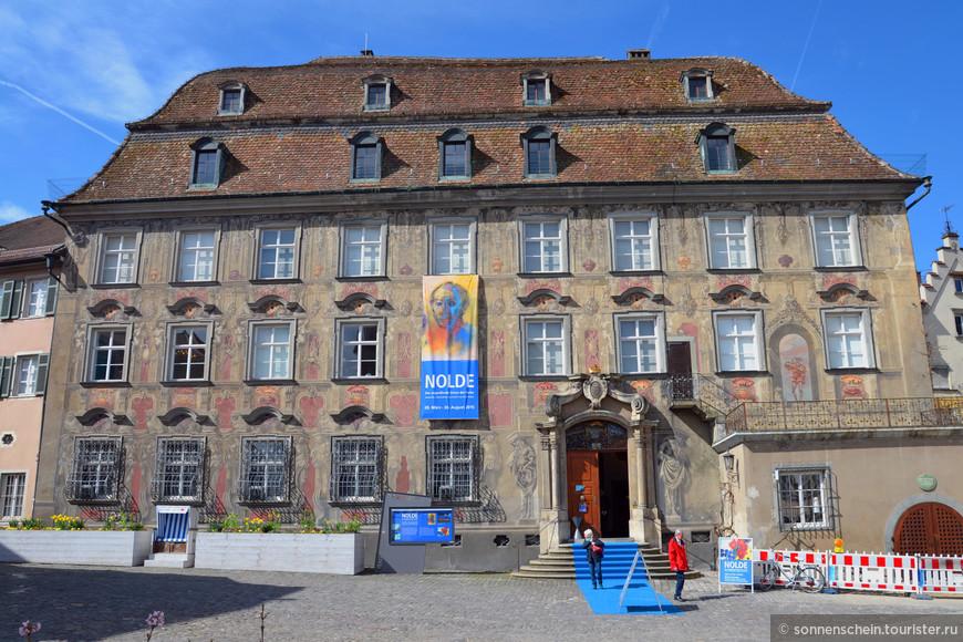 Рыночная площадь Линдау знаменита тем, что на ней расположены красивейшие старинные здания. Самое знаменитое – дом Каваццен, построенный в 1729 году швейцарским архитектором Якобом Груберманном как дворец патрициев и известный своими расписными фресками на фасаде и изысканной архитектурой. Сегодня здесь расположен Городской музей, гордостью которого является собрание механических музыкальных инструментов.
