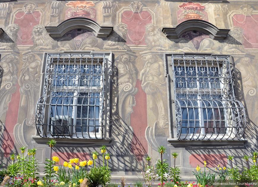 Это аристократичное здание получило название по семье Каваццо, владевшей им с 1540 по 1617 гг. Современное барочное здание построено в 1729-1730 гг. для семьи фон Зойттер. Оно отличается высокой крышей с мансардой и фасадом, расписанным изображениями герм, атлантов, сфинксов и фруктовых гирлянд.