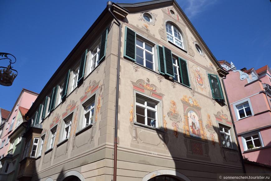 Сейчас у меня очень важное дело найти дом, где останавливался Суворов. Это дом служит ориентиром в поисках, напротив него искомое здание.