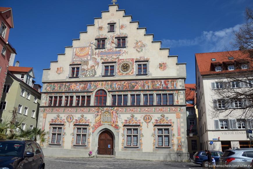 О деньгах и великих временах свидетельствует и Старая ратуша. Задний фасад Старой Ратуши выходит на площадь Бисмарка.