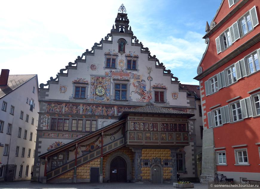 Строительство Ратуши, возведенной в готическом стиле, проводилось с 1422 по 1436 годы. В 1536 и 1576 годах, в ходе реконструкций, Ратуша перестраивалась в стиле Ренессанс, были добавлены красивые ступенчатые фронтоны. В 1617 году вершина фасада здания была украшена колоколами. В 1496-1497 годах в готическом зале Совета Старой ратуши проводилось заседание рейхстага, которое созывал король Германии, эрцгерцог Австрии и император Священной Римской империи из рода Габсбургов Максимилиан I.