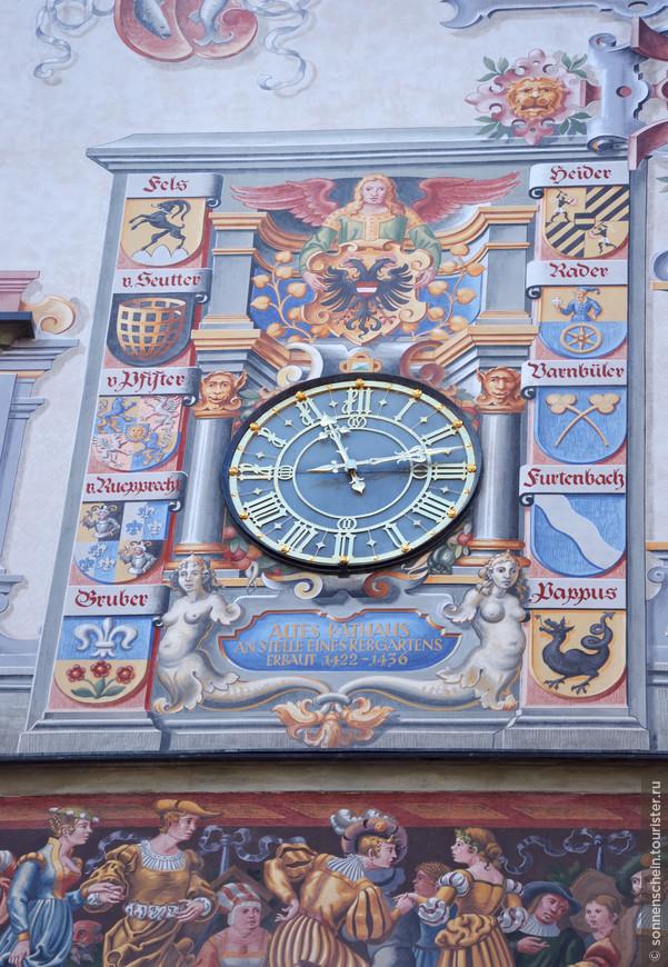 Старая Ратуша Линдау блистает своим фасадом. Живописные фрески в технике воздушная живопись на фасаде здания Старой ратуши выполнены в ходе реконструкции во второй половине XX века по шаблонам, сделанным в XIX веке. Сюжеты фресок, рассказывающие о прибытии в Линдау короля Франции из династии Капетингов Филиппа Красивого, изображают музыкантов, наигрывающих веселые мелодии, городская знать демонстрирует свои богатые наряды.