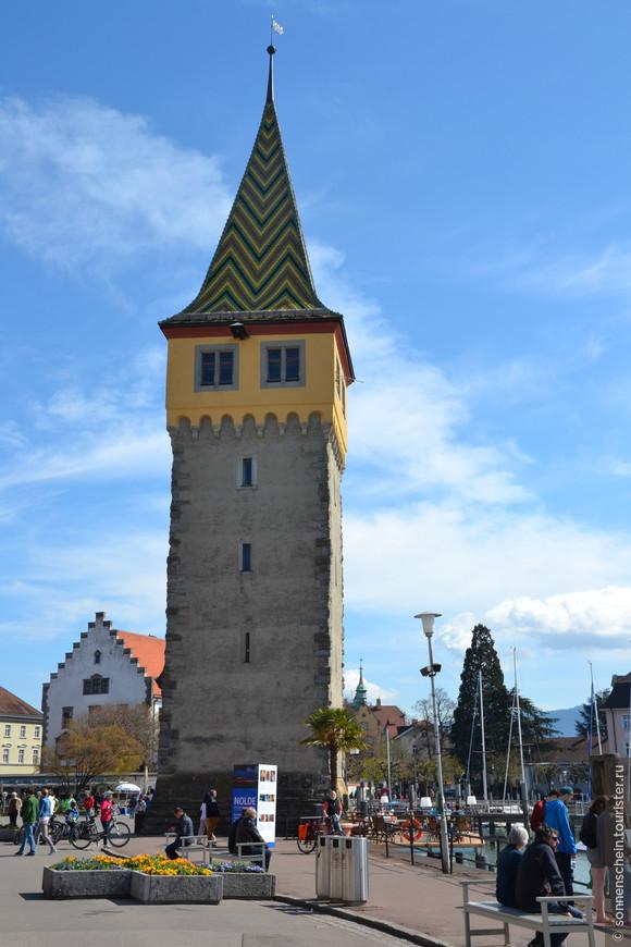 Эта башня называется Мангентурм, которая со времени постройки с 1230-м году выполняла функции сторожевого укрепления и маяка в бухте одновременно. Её так и называют «старый маяк». По преданию именно в ней жила Рапунцель, героиня сказки братьев Гримм.