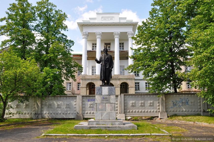 08. Правда памятник стоит Калинину, но это нормально. Советские вожди частенько любили приписывать себе чужие достижения.