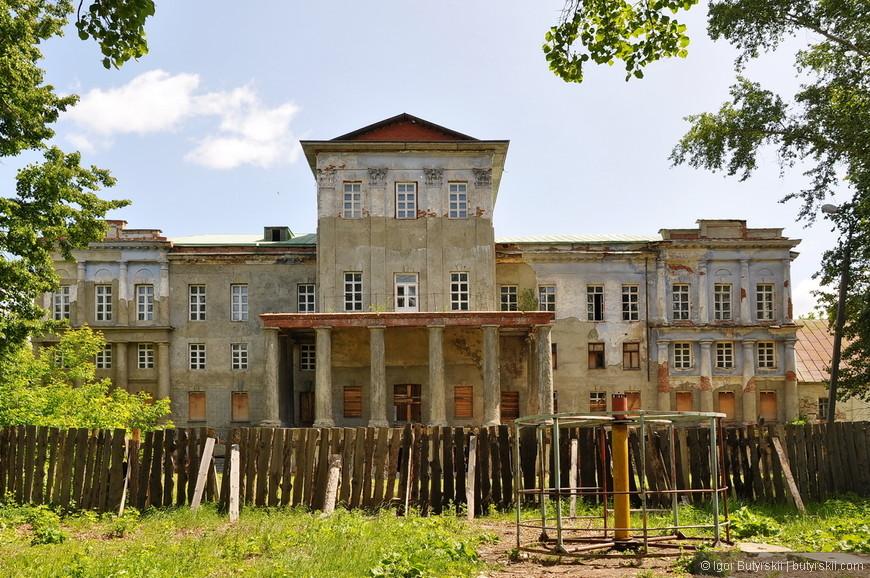 23. Идет реставрация белого дома, уже восстановлены и выровнены стены, подготавливают к покраске.