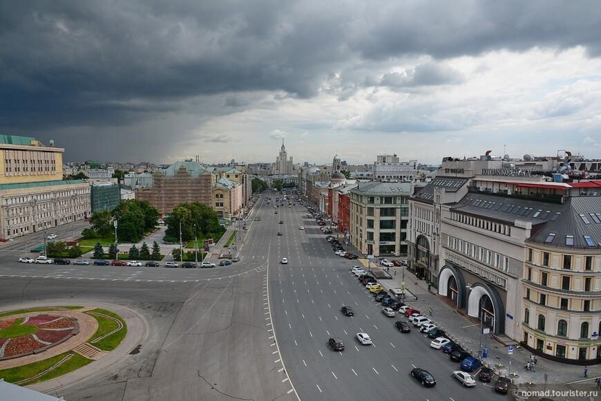 Вид на Лубянскую площадь - на клумбе слева раньше стоял Дзержинский, прямо за ним ремонтируется здание политехнического музея, на горизонте высотка на Котельнической...