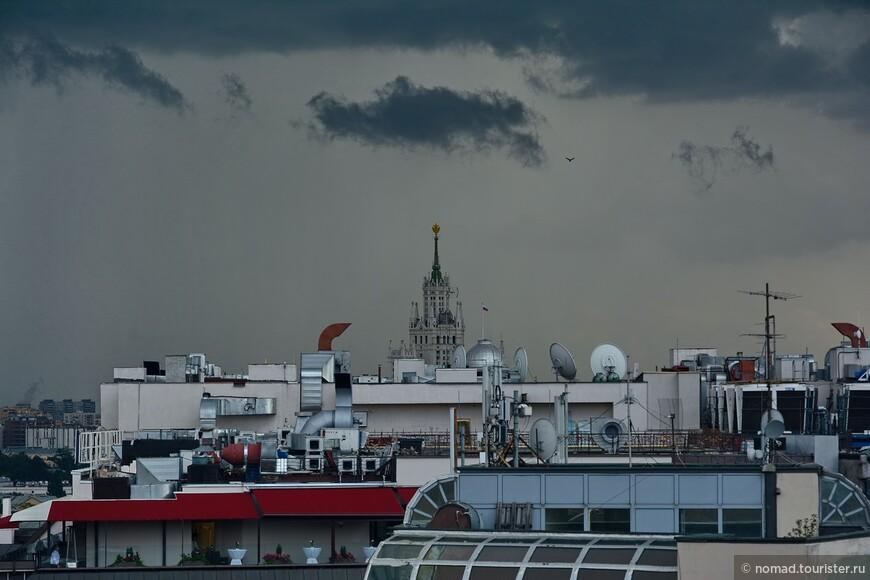 С правой стороны площадки через крыши с тарелками видна высотка на Котельнической набережной.