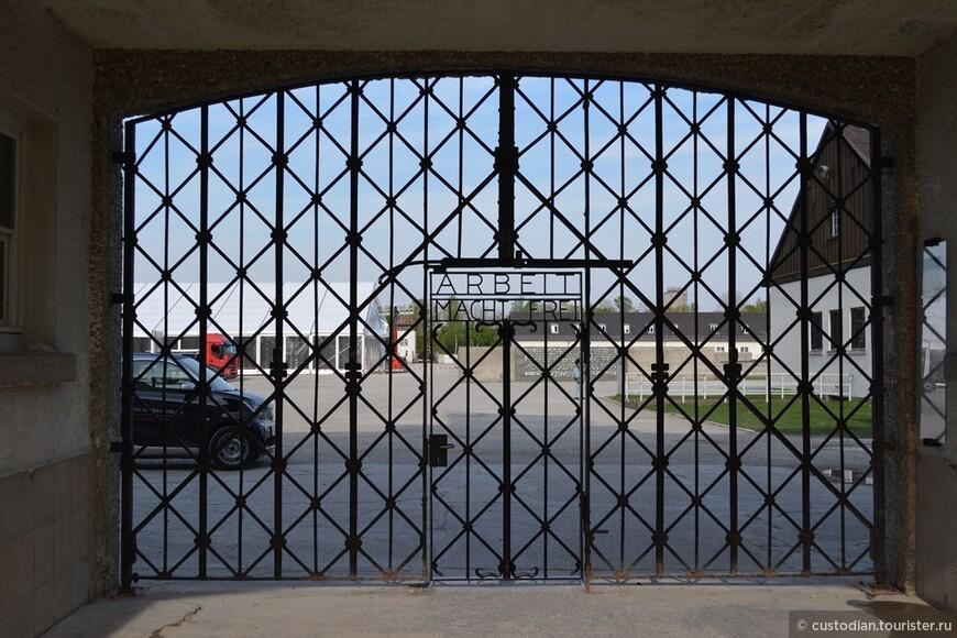 """ARBEIT MACHT FREI """"Работа сделает вас свободными""""  Данный девиз отражает желание нацистской пропаганды принизить концентрационный лагерь для посторонних до уровня """"Лагеря труда и перевоспитания"""", а не """"Лагеря смерти""""."""