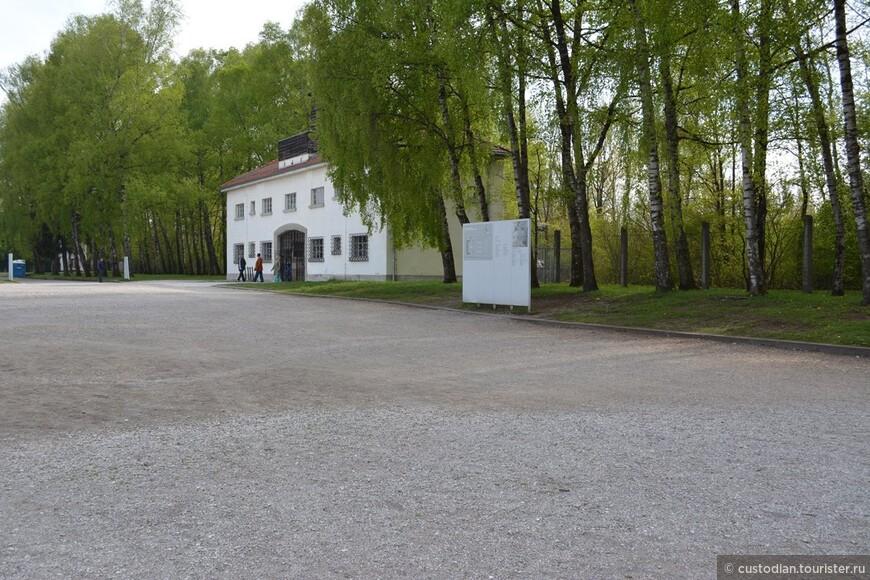 Основной вход/выход в лагерь заключенных и главный офис СС лагеря. Первыми заключенными были политические противники режима, коммунисты, социал-демократы, члены профсоюзов. В последующие годы к ним добавились евреи, гомосексуалисты, цыгане, члены Свидетелей Иеговы, священники. С 1938 - австрийские заключенные, чешские заключенные, и после начала войны заключенные из Польши, Норвегии, Бельгии, Нидерландов, Франции, Советского союза.